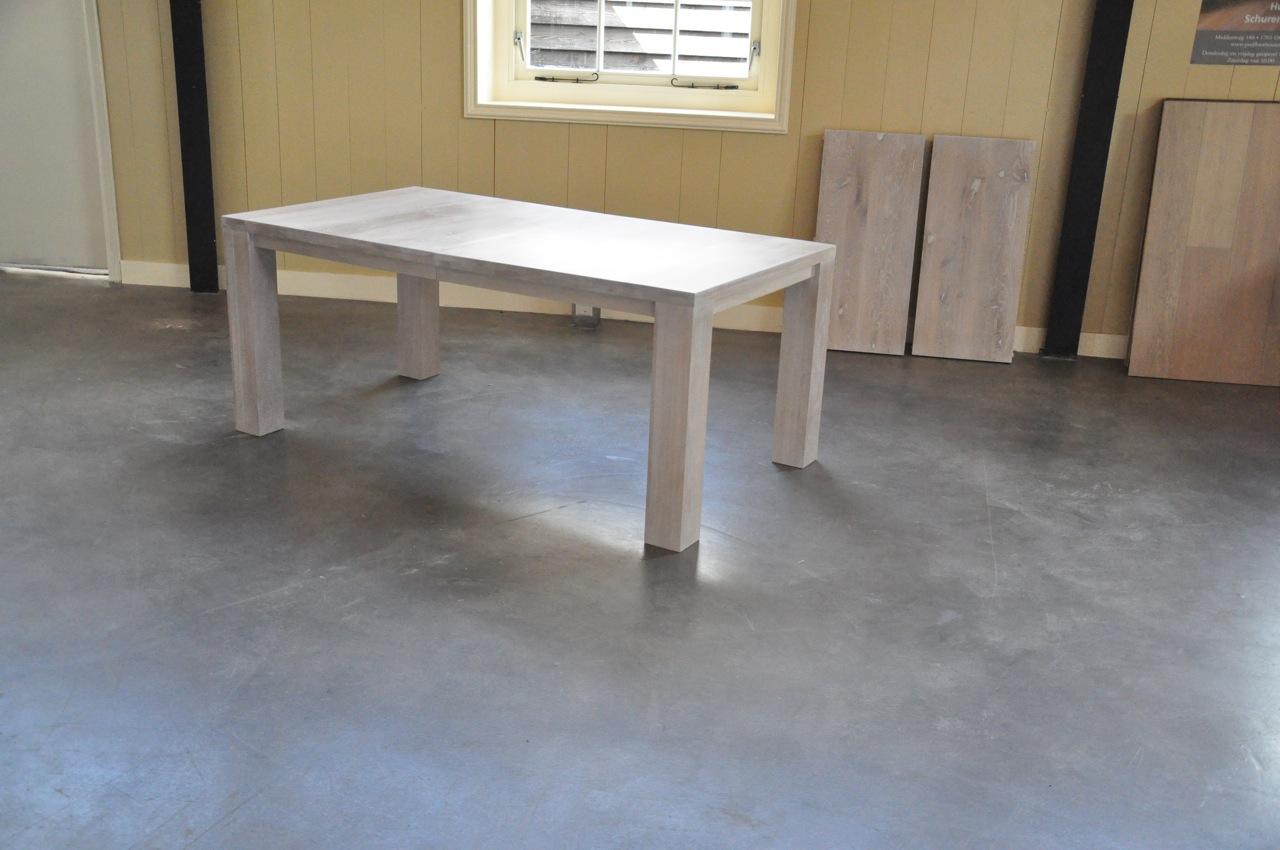 Model stretch de houten tafel